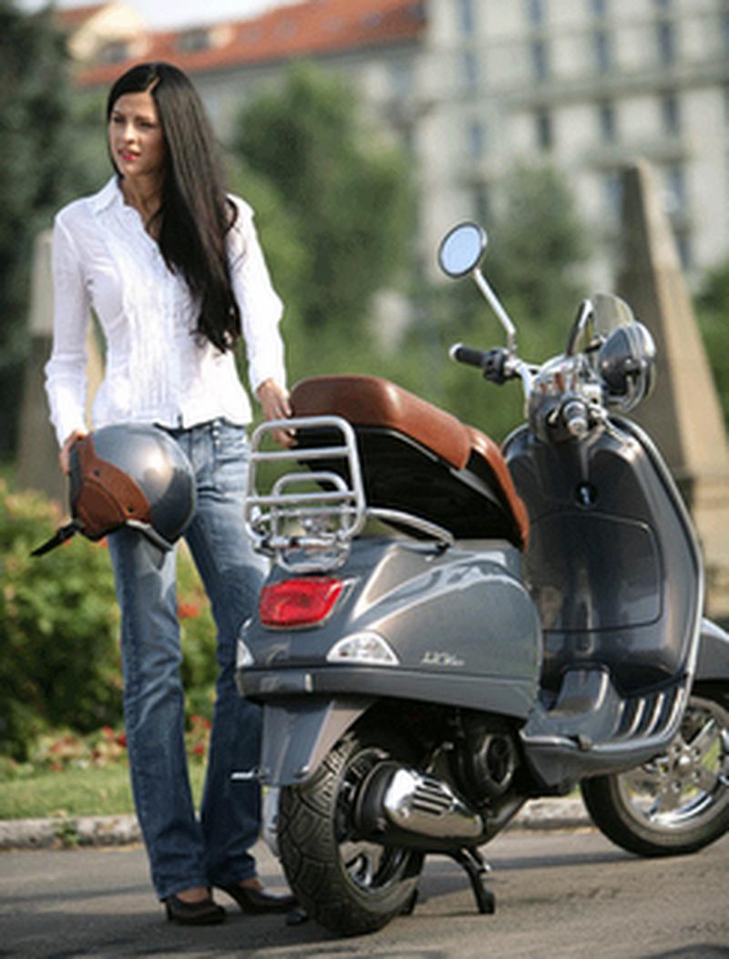 scooter-girl-vespas-10.png