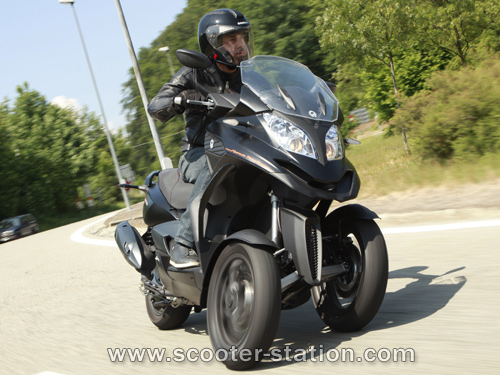modern vespa first test drive of the quadro 3d 350cc. Black Bedroom Furniture Sets. Home Design Ideas