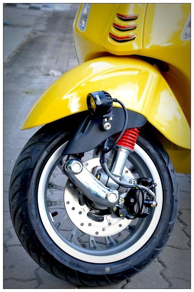 yellowvespa_640x.JPG