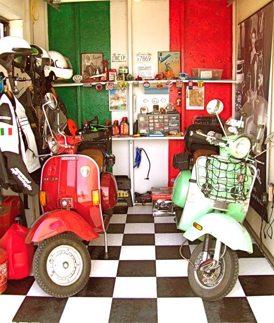 Modern vespa scooter garage for Garage scooter aubervilliers